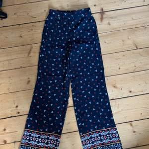 Super coola byxor från Hm med mönster, använd cirka 1 gång och säljer för dom är för långa, jag är 152, de är i fint skick och frakt tillkommer