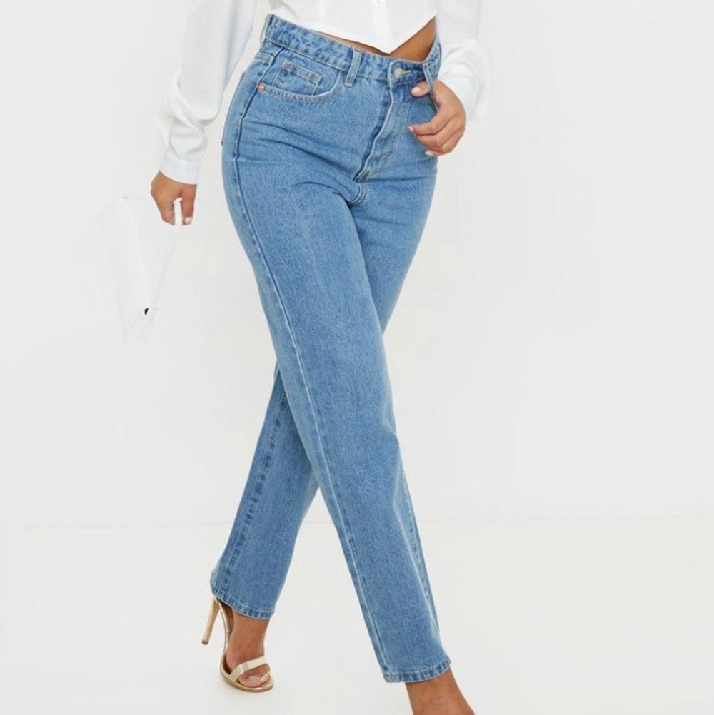 Raka blå jeans från PrettyLittleThing. Storlek Petite 34. Skirv för tydligare mått. Ny, aldrig använda. Pris kan diskuteras!. Jeans & Byxor.