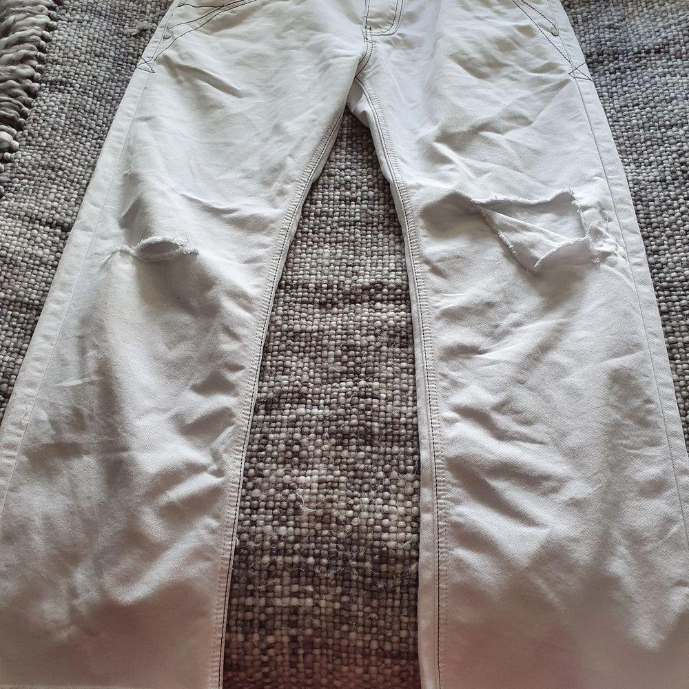 Jättesnygga jeans med hål på knäna och slitna längst ner. Använda en handfull gånger, säljer på grund av att dem tar plats i garderoben. 🤩🥰 orginal pris 500 säljer för 150 + frakt. Jeans & Byxor.