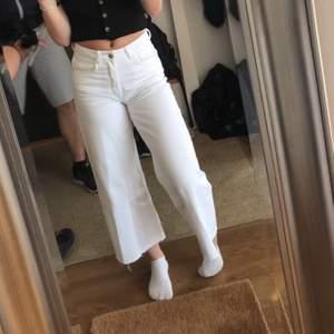 Vita raka jeans från Zara i storlek 34. Passar mig som har storlek 36 i byxor men har smalare midja. Fräscha till sommaren! Går att mötas upp annars kostar frakt 59kr😊😊