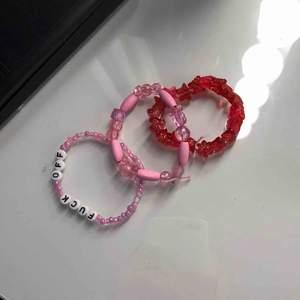 Jag säljer armband i liknade stil som på bilden. Man kan specialbeställa sitt egna armband. Armbanden finns i olika storlekar. Dock är alla armband gjorda av elastisk tråd, vilket gör att de passar alla. Armbanden på bilden är också till salu.