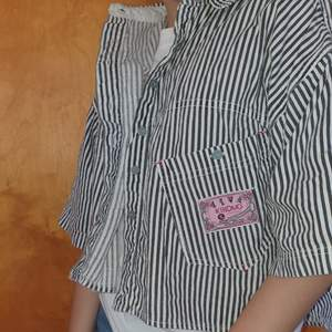En svart vit randig tröja typ, vet nt riktigt namnet! Köpte ganska dyrt på second hand där av priset! Gå att diskuteras. Köparen står för frakt eller så möts vi upp i Gbg!