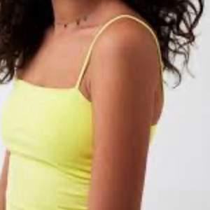 Super snyggt gult linne, ifrån gina. Använt fåtal gånger! Smala band