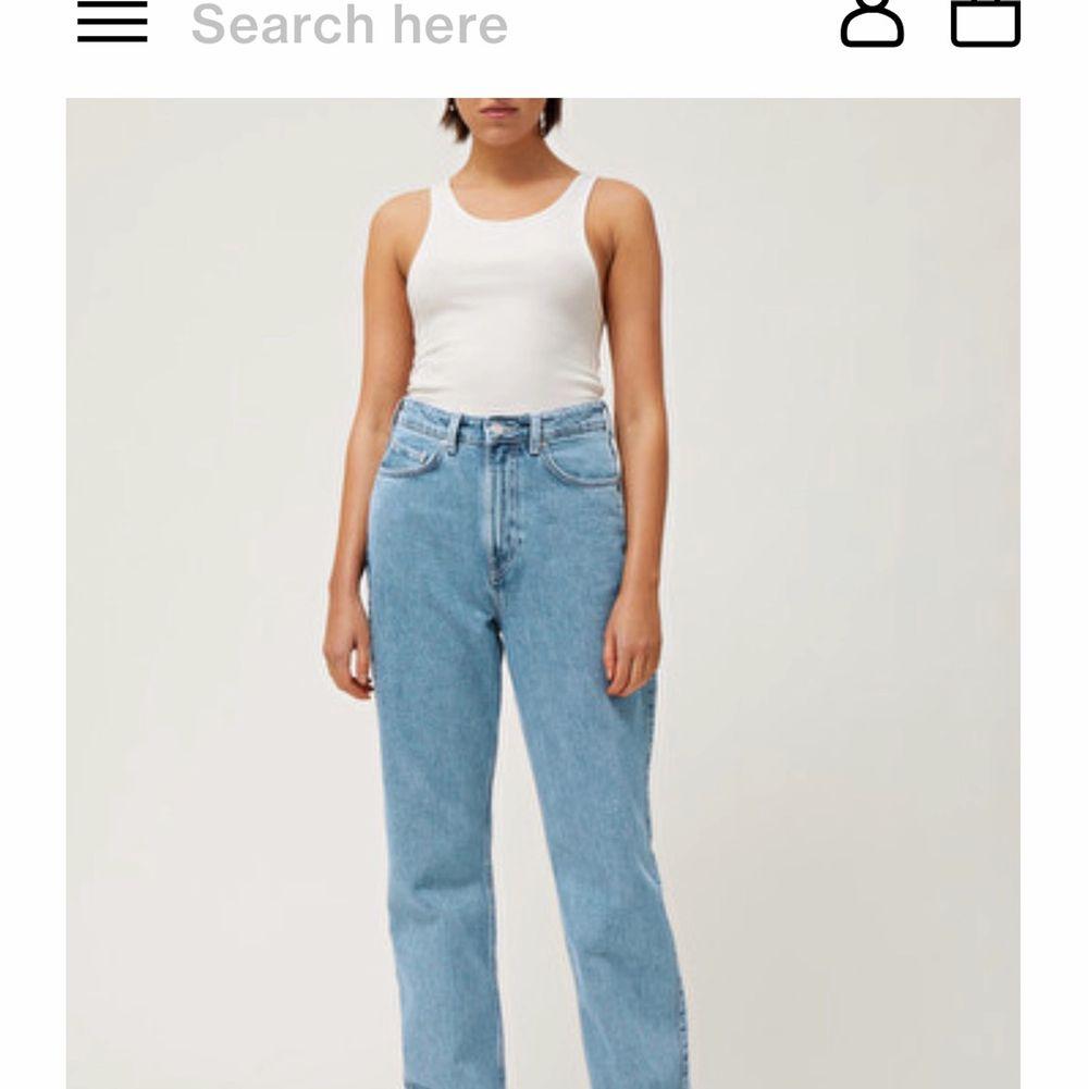 Säljer dessa helt nya weekday jeans i strl 25/30 i modellen Rowe. Färgen heter sky blue. Säljs för dom ej kommer till användning. Frakt ingår ej i priset. Nypris: 500kr.. Jeans & Byxor.
