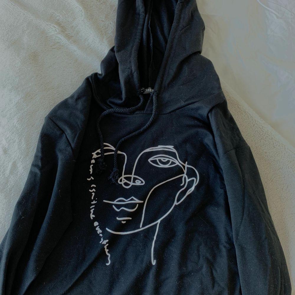 Hoodie från Shein. Ganska tunn med snyggt tryck. Använt ca 2 gånger.. Huvtröjor & Träningströjor.