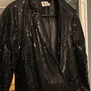 En blazer klänning från linn ahlborgs kollektion med NAKD. Bara använd 1 gång. Helt ny annars och super fin. Passar perfekt som jacka, klänning eller kavaj. Köpt för 600kr storlek 36