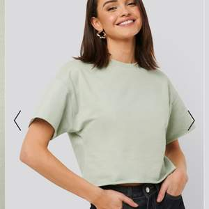 T-shirt i sweatshirt material, färgen framgår inte riktigt på kameran men första bilden är den rättvisa färgen💚 använd fåtal gånger! köparen står för frakten💖