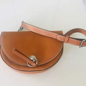 Belt Bag från ZARA. Användar 2 gånger. Fint skick!