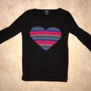 Fantastiskt söt CASHMERETRÖJA från Sonia Rykiel. Väldigt bra pris för en från början väldigt dyr tröja. Den är medium men skulle snarare säga small:)