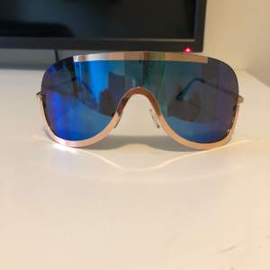 Säljer mina solglasögon köpte i USA för runt 100 lappen. Säljer för 50kr. Blått spegel glas.