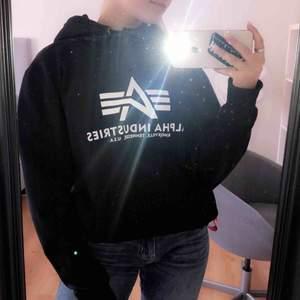 En hoodie från alpha industries i storlek S, inköpt ny för 800kr. Lite oversized på mig som i vanliga fall har S, pga att den är i herrmodell.  Säljer för den inte kommer till användning längre☺️