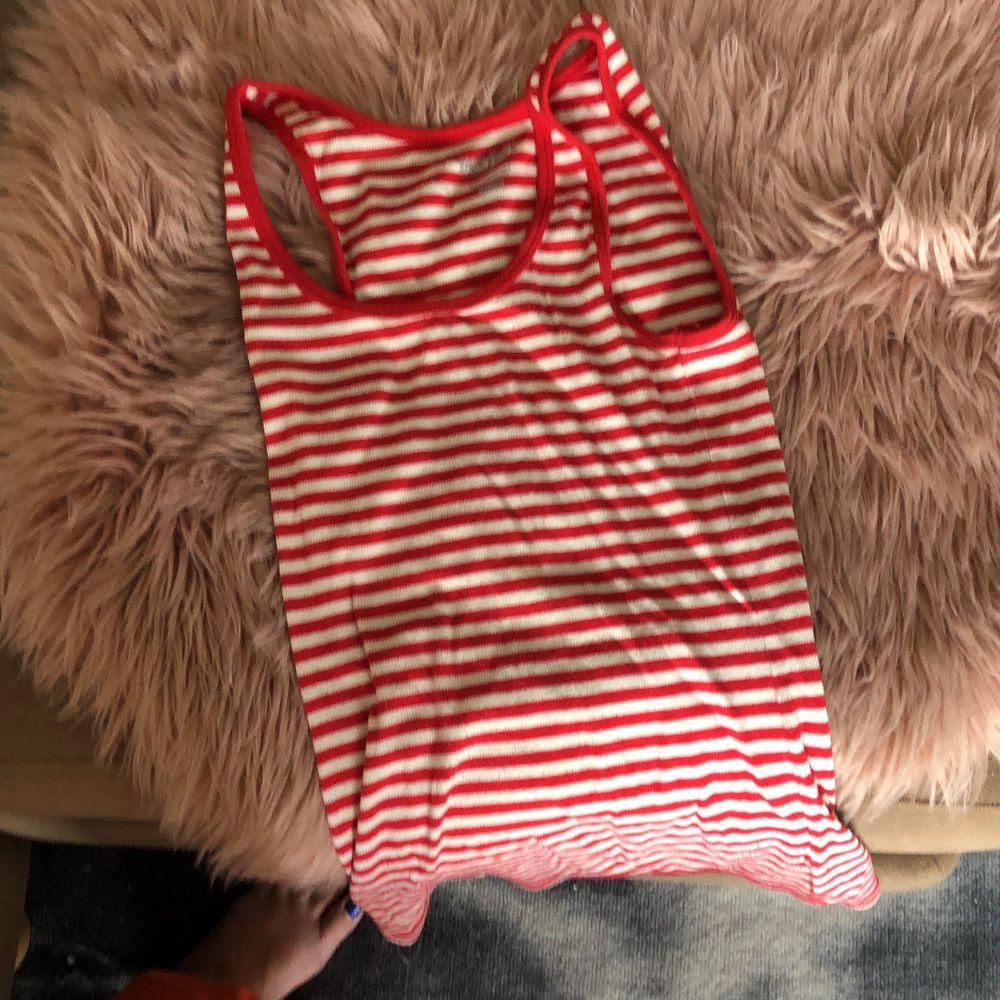 Hel o ren randigt linne :) knappt använd !:) 💕 storlek M men bra tyg och mjukt så den sitter bra även på S. . Toppar.