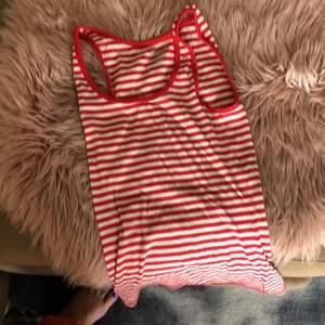Hel o ren randigt linne :) knappt använd !:) 💕 storlek M men bra tyg och mjukt så den sitter bra även på S.