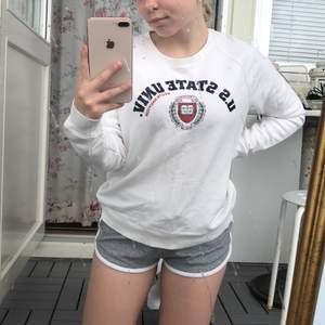 (GRATIS FRAKT) Fin Sweater med tryck! Bra skick, knappt använd. Har dock lite slitningar på texten!:)