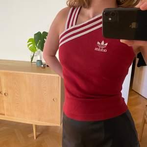 Vintage adidas top. Strl M på lappen men skulle säga att det är lite mindre, XS-S. Skriv gärna om ni undrar om mått! Hämtas i Malmö eller skickas med post, då tillkommer frakt.