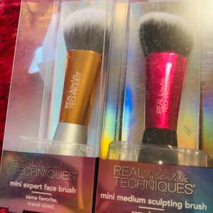 Mini face brushes by Real Techniques, easy to bring on your pouch in everywhere you are!!! 👜👱🏻♀️🎀 Just only 120 for 2sets!!! 🦋🦋🦋