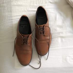Säljer mina absoluta favoritskor efter att mina fötter gått upp en storlek efter graviditet. Märke: VAGABOND. Köptes för 699kr. Är aningen slitna (tycker själv det är snyggt med lite slitage på såna här skor), se bilder. Köparen står för frakt.