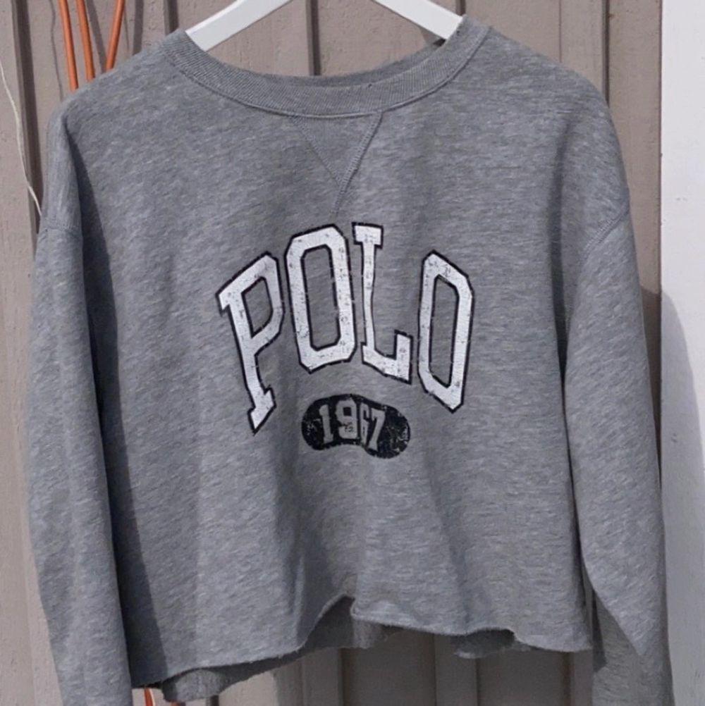 Ralph Lauren tröja i storlek M. Lite kortare modell med slitningar, inga anmärkningar på skick. Säljs för 400kr plus frakt, nypris 1199kr. Tröjor & Koftor.