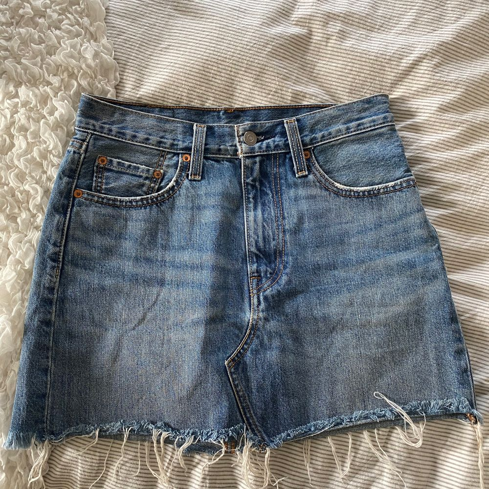 Säljer min fina kjol ifrån Levi's då den blivit för liten för mig. Det är normalhög midja 😇. Kjolar.