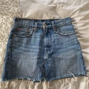 Säljer min fina kjol ifrån Levi's då den blivit för liten för mig. Det är normalhög midja 😇
