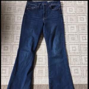 Säljer dessa superfina jeans från hm, eftersom de är alldeles för långa för mig vid foten (154cm). De är högmidjade och sitter bra vid midjan.