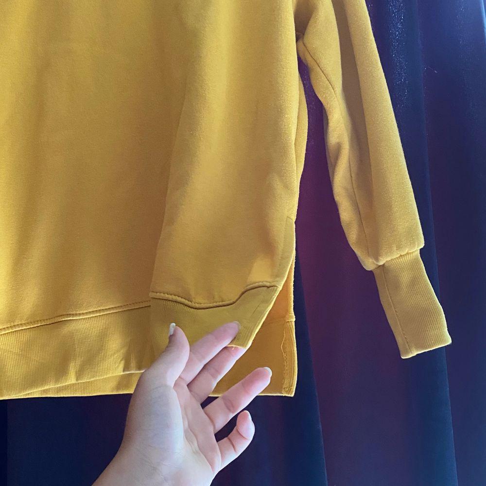 Senapsgul sweatshirt, knappt använd. Lite längre och med en slitts på sidan. Säljer pga kommer ej till användning. . Tröjor & Koftor.