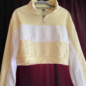 Suuupersöt Kroppad sweatshirt liknande från hm. Jätte fina skick men kommer tyvärr inte till användning längre pga inte min stil. Super fin och kan stylas till mycket.