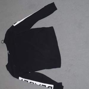 Långärmad tröja från H&M, inga fläckar eller hål. Texten i perfekt skick. Köparen betalar frakt 66kr :)