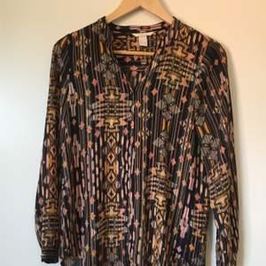 Mönstrad skjorta från H&M. Bra skick, knappt använd. Frakt betalas av köparen.