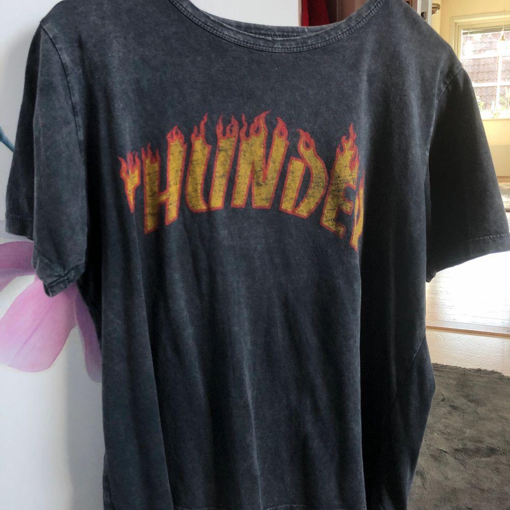 Fin t-shirt i skönt material! Sitter bra på och är i bra skick 🧚. T-shirts.