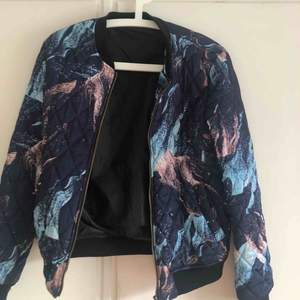 Bombarjacka i bra skick i storlek M i batikmönster som passar en S lika bra. 300 kr inkl frakt 📦