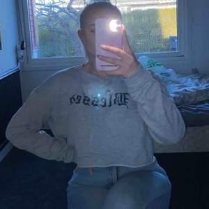 """Snygg cropped sweatshirt från fashionnova. Knappt använd så fortfarande som ny. På trycket står det """"blessed"""" Frakt tillkommer om man inte kan mötas upp kring Staffanstorp 😊"""