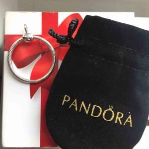 Pandora ring för berlocker. Fick i present, men den är helt oanvänd då jag hellre använder mitt armband.