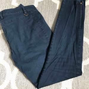 Trekvartslånga byxor från Stockholm LM fint skick. Det är jeansmaterial men de är inte obekväma. Har dragkedjor vid fot anklarna. Är i modellen KIa. Säljer pga de är försmå och inte kommer till användning.Kontakta mig om du har frågor 🙂