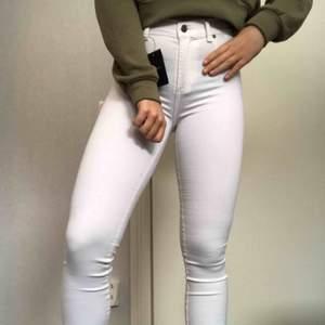 Dr denim jeans vita med prislappen kvar Skick: Oanvända, nya Färg: Vita Anledning till att de säljs: Garderobsrensning  Pris när de köptes nya: 400kr Köparen står för frakten (40-60kr)