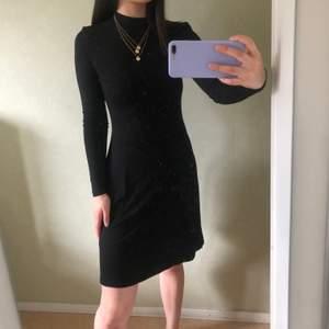 Super Classy klänning från NLY Trend som har använts en gång. Materialet är superskönt och klänningen har en öppen rygg😍 stretchigt material som passar Som strlk S.