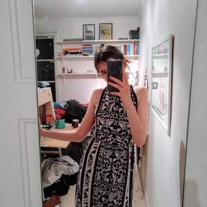 Lång, mönstrig klänning! Använd en gång. Öppen rygg som man knäpper i nacken. Så fin men kommer inte till användning (sorry för stöket)