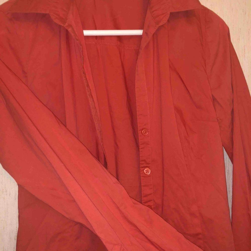 Persikorosa skjorta från hm, knappt använd. Fin passform även den!🧡❤️💗  , möts upp och fraktar!🥰. Blusar.