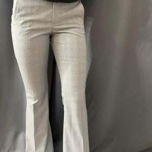 Säljer dessa sååå fina kostym byxor från zara, funkar bra till skola och fest osv. (Utsvängda) pris kan diskuteras..