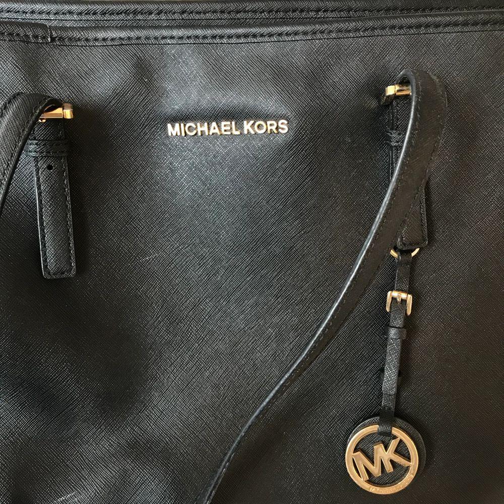Svart Michael kors väska, orginalmodellen skulle jag säga, har tex ett fack där man kan lägga sin dator och andra smarta fack i väskan. Har lite defekter så be om ber bilder om ni är intresserade, men defekterna syns inte tydligt. Köpt för 3000kr. Väskor.