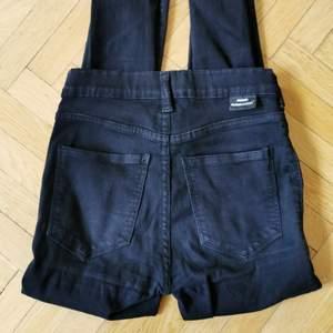 Svarta Jeans/jeggings från Dr Denim som sitter som en smäck! Tights men väldigt stretchiga och mjuka, känns nästan som att ha leggings på sig. Lite trasig söm på bakfickorna som inte syns märkbart när man har på sig dem. Storlek XS men passar även S.
