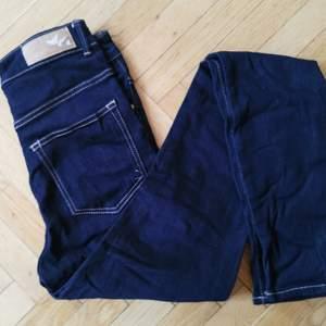 Mörkblå skitsnygga jeans av märket Never Denim köpta på BikBok. Hög midja. Aldrig använda då de är för små för mig. Storlek 26/33