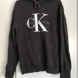 Väl använd Calvin Klein hoodie i grå/brun/ljus svart nyans i storlek medium. Passar för både kvinnor och män. Köparen får stå för frakten
