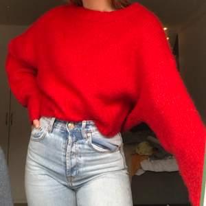 Röd stickad tröja från Weekday, knappt använd. Köparen står för frakt 💕