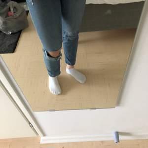 Ett par mörkblå jeans, i storlek XS, ett hål på ena knät som fanns där när jag köpte dem. På mig sitter de väldigt tajt men brukar ha storlek M, så de passar för någon med XS.