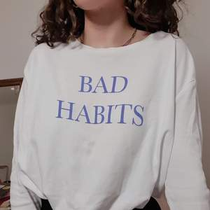 Långärmad tröja från Weekday med text💙Skönt material samt i bra skick. Xs men passar även S. Frakt ingår. Priset är diskuterbart💙