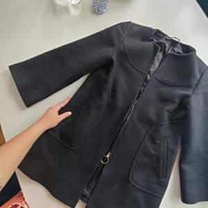 Jättefin kappa från ZARA, klockformad med utsvängda armar! Storlek XS. Läcker nu till hösten och vintern! Svart och simpel men med fina detaljer! Skickar gärna, frakt tillkommer!!❤️❤️