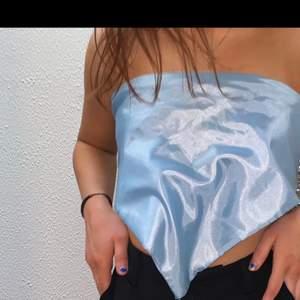 Blå scarf i måtten 90x90💙🙏🏼Kan vändas åt två håll, då ena sidan har detaljer och andra är glansig😍 Betalning sker via Swish och köparen står för fraktkostnader.