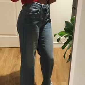 Mer bilder kan fås privat! Säljer dessa jättefina jeans från h&m! Kan mötas i Uppsala eller skickas! Hör av er så fixar jag mått eller mer bilder🥰 säljes då de är för stora för mig tyvärr!