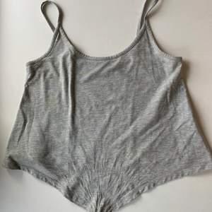 Budgivning i kommentarerna, från 50kr. Frakt ingår ej. Jag säljer ett grått linne, i st S från Noisy May. Fint skick. Swipe för fler bilder.